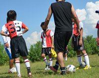 ①目標にしていた試合に負けると「うちのチームは試合の勝敗を気にすることなく、全員のレベルアップを目指している。」と言ってしまう。  ②「あそこのチームは試合には勝つが、やたら蹴るばかりで個々の基本がなっていない。」  ③「このチームは勝利至上主義なのか?下手な子も上手くなれるのか?」  以上は、一般的な指導者やご父兄のよくある質問や見解です。 これらの発言の根源にはあるサッカーに関する共通のテーゼが横たわっていると思われます。それは「...「勝つこと」は即ち「上手いこと」なのか?...」です。     結